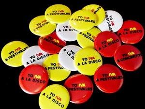 Imagen con chapas con eslogan Yo Iva...