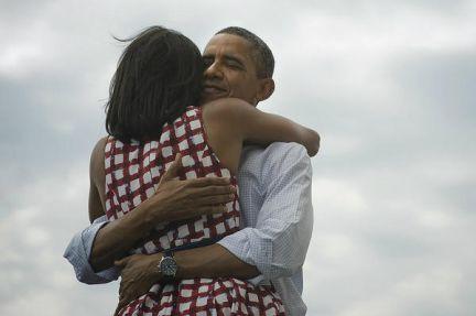 Obama y su mujer abrazados